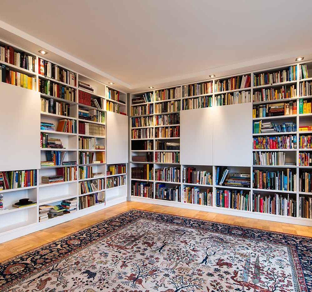 Büro mit Bibliothekenschrank